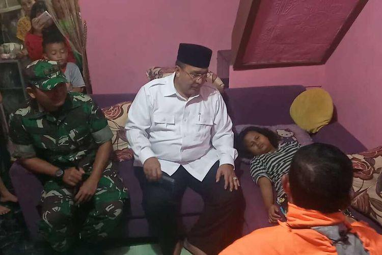 Wali Kota Tasikmalaya Budi Budiman, saat mengunjungi salah seorang anak korban rumah ambruk di Kecamatan Cipedes, Kota Tasikmalaya, belum lama ini.