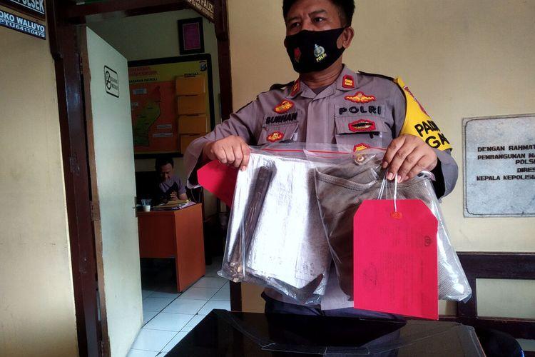 Kapolsek Garum Iptu M Burhanudin menunjukkan barang bukti alat yang digunakan SW saat berusaha menjarah uang di mesin ATM di stasiun pengisian BBM di Kecamatan Garum, Kabupaten Blitar, Jumat (11/6/2021)