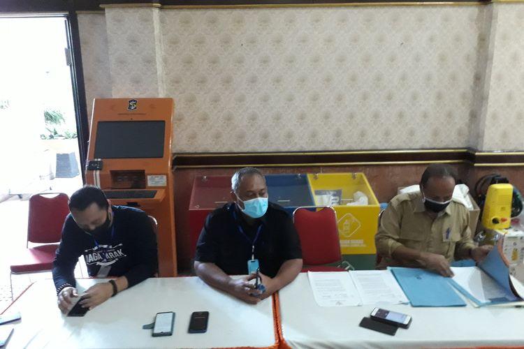 Sekretaris Gugus Tugas Percepatan Penanganan Covid-19 di Kota Surabaya Hendro Gunawan (tengah).