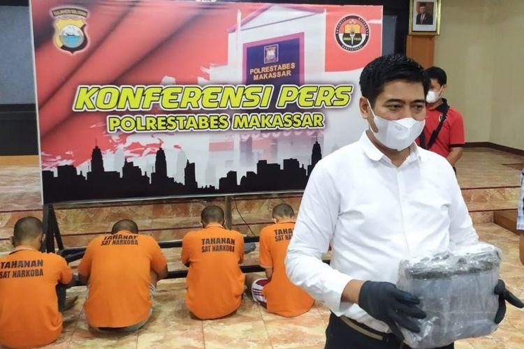 Kasat Reserse Narkoba Polrestabes Makassar AKBP Yudi Frianto saat menggelar konferensi pers terkaiy pengungkapan peredaran narkoba jenis ganja di Mapolrestabes Makassar, Rabu (10/3/2021).