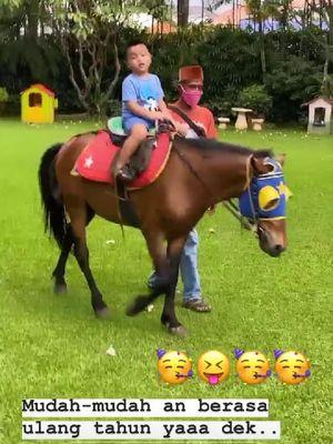 Anak Nia Ramadhani, Gika, menunggang kuda peliharaan di halaman rumahnya.