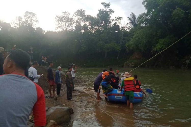Tim SAR gabungan dari unsur TNI, Kepolisian, Basarnas, BPBD Kabupaten Bogor melakukan pencarian terhadap pemuda 19 tahun bernama Shidqie Giantino, yang hilang tenggelam di Sungai Cianten, Kampung Cirangkong, Desa Cemplang, Kecamatan Cibungbulang, Bogor, Jawa Barat, pada Minggu (22/12/2019).