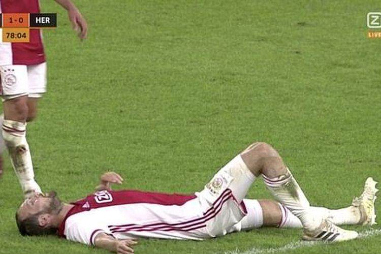 Bek Ajax Amsterdam, Daley Blind, terlentang di lapangan pada laga persahabatan kontra Hertha Berlin, Selasa (25/8/2020). Mantan bek Manchester United itu mengalami gangguan jantung dan ditarik keluar setelah insiden tersebut.