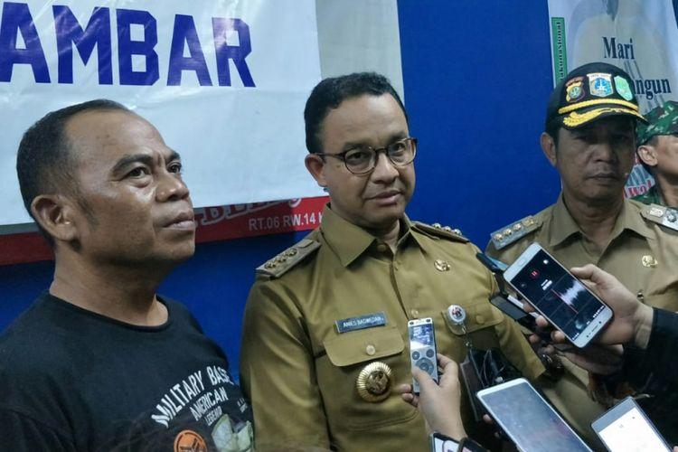 Gubernur DKI Jakarta Anies Baswedan (tengah) di Tomang, Grogol Petamburan, Jakarta Barat, Selasa (22/1/2019) malam.