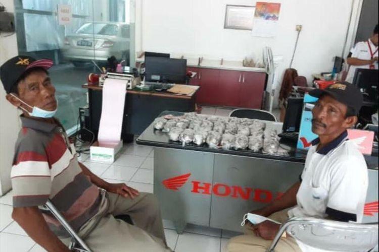 Menabung uang receh selama 3 tahun di ember, buruh tani dari Kabupaten Magetan akhirnya berhasil membeli motor bebek matik.