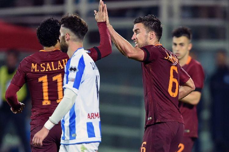 Gelandang AS Roma, Kevin Strootman, merayakan gol pertama AS Roma ke gawang Pescara pada pertandingan Serie A di Stadion Adriatico, Senin (24/4/2017).