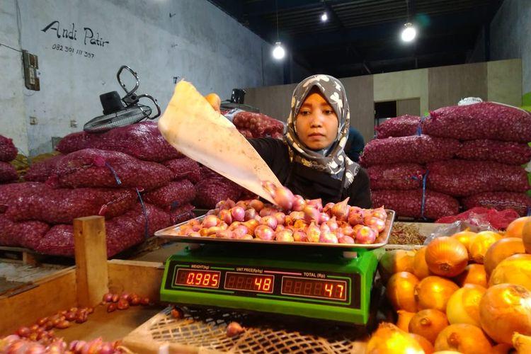 Penjual bawang merah di Pasar Segiri Samarinda, Kaltim, saat menjual bawang merah kepada pembeli, Kamis (14/5/2020).