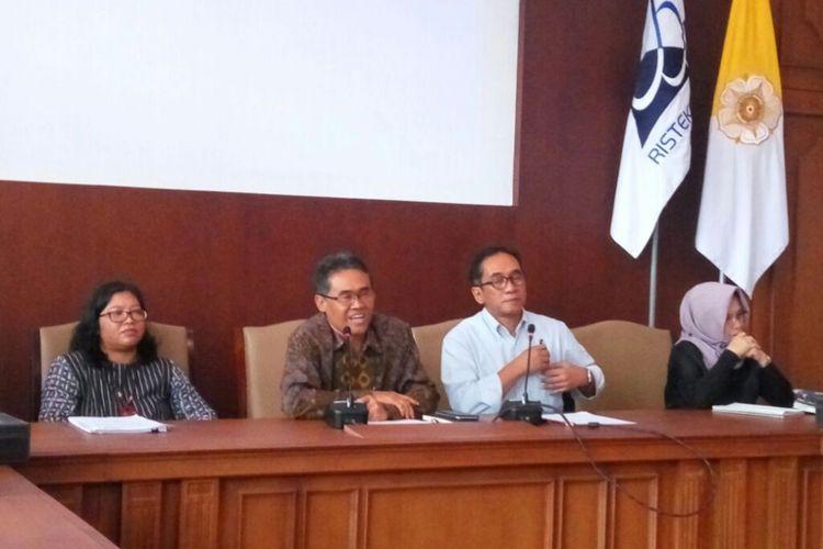 Rektor UGM Panut Mulyono dan Wakil Rektor Bidang Kerja Sama dan Alumni UGM, Paripurna saat jumpa pers.