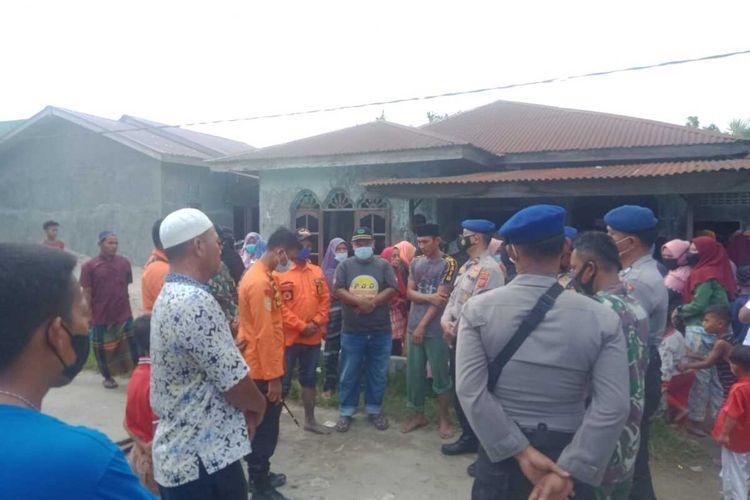 Warga berkumpul di rumah duka di Dusun IV, Desa Paluh Sibaji, Kecamatan Pantai Labu, Deli Serdang pada Rabu (22/9/2021). Seorang nelayan bernama Jamaluddin Ahmar (48) sebelumnya hilang dan setelah tiga hari pencarian baru ditemukan.