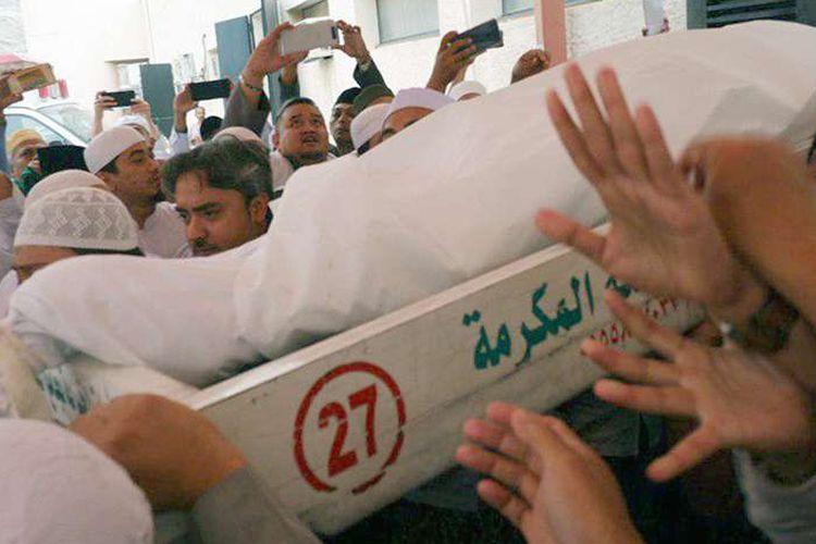 Umat muslim mengangkat jenazah KH Maimun Zubair (Mbah Moen) seusai dimandikan di Masjid Muhajirin Khalidiyah, Mekkah, Selasa (6/8/2019). Jenazah selanjutnya akan disemayamkan di Kantor Urusan Haji Daker Syisyah, Mekah lalu disalatkan di Masjidil Haram dan dimakamkan di Kota Mekah.