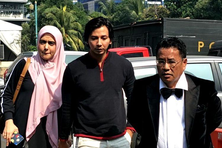 Fairuz A Rafiq (kiri) dan suaminya Sonny Septian (tengah), bersama kuasa hukum mereka, Hotman Paris (kanan), saat tiba di Mapolda Metro Jaya, Jakarta, Senin (1/7/2019).