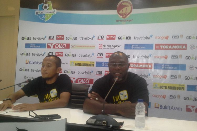 Pelatih Barito Putra, Jacksen F Tiago memberikan keterangan pers kepada wartawan