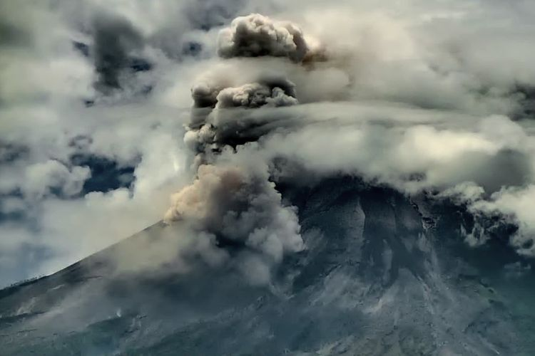 Gunung Merapi memuntahkan awan panas guguran (APG) pada Jumat, (23/4/2021) pukul 11.20 WIB.