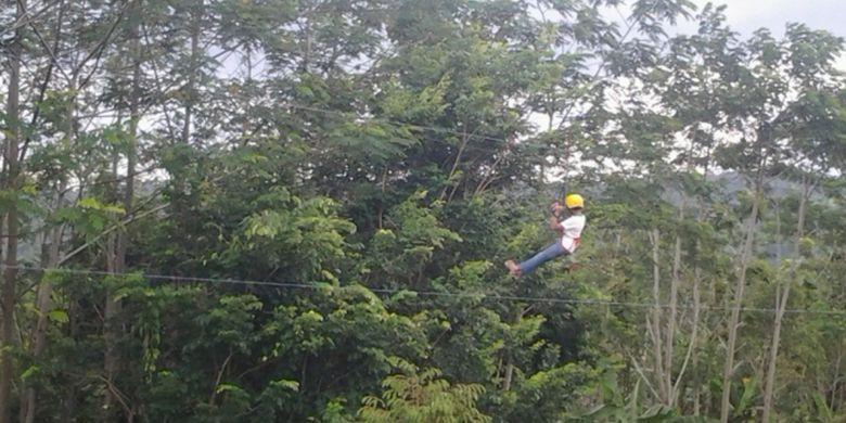 Pengunjung Eling Bening, di Kabupaten Semarang, Jawa Tengah, saat bermain flying fox.