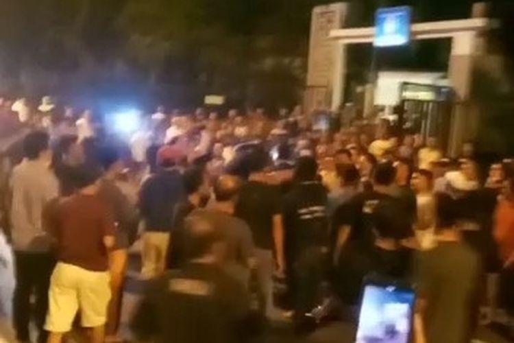 Tangkapan layar video warga geruduk Perumahan Il Lago, Kelapa Dua, Tangerang, karena persoalan toa Masjid