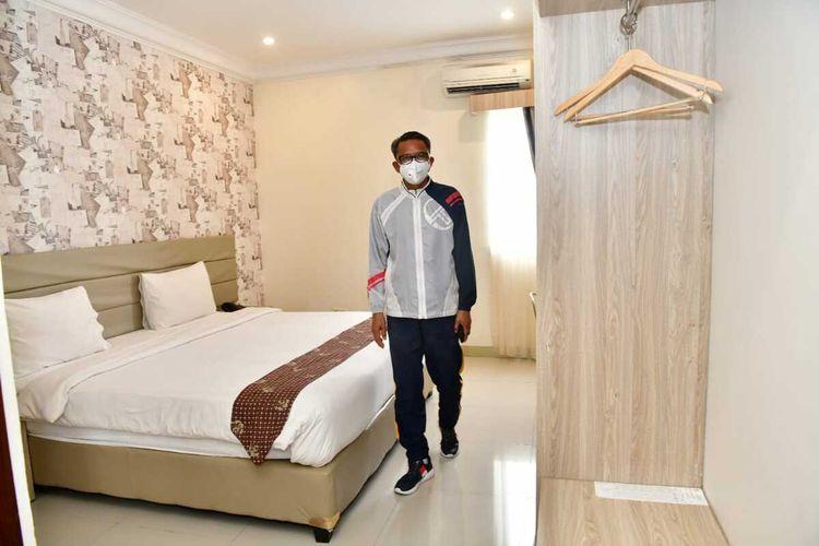 Gubernur Sulsel Nurdin Abdullah meninjau ruang isolasi bintang lima bagi pasien corona di RS Sayang Rakyat, Makassar, Jumat (27/3/2020).