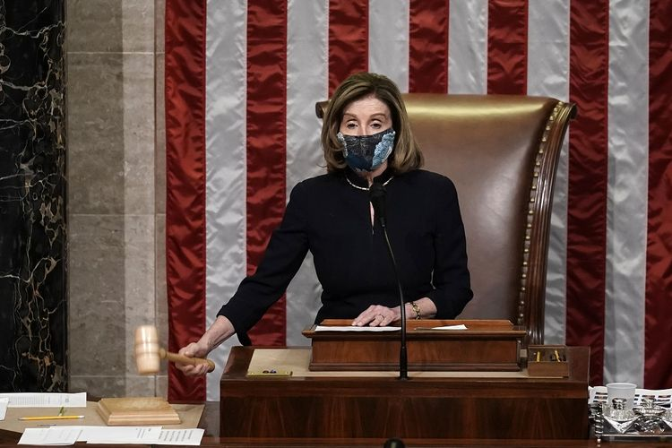 Ketua DPR Nancy Pelosi mengetok palu setelah pemungutan suara dilakukan untuk memakzulkan Presiden AS Donald Trump di Gedung Capitol, Rabu (13/1/2021).