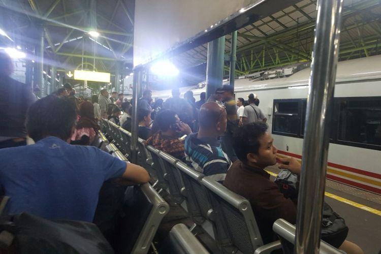 Ilustrasi: Sejumlah penumpang kereta Argo Parahyangan menunggu di Stasiun Gambir, Jakarta Pusat.
