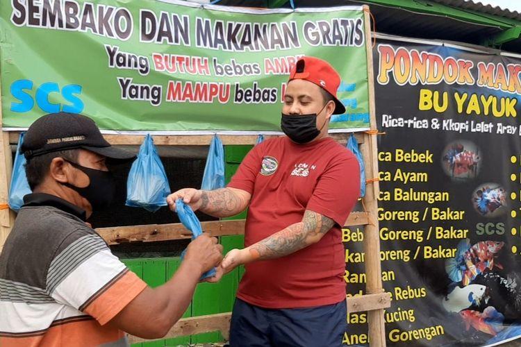 Teguh Muktiono bagikan makanan untuk warga terdampak PPKM Darurat di Kota Semarang, Jumat (23/7/2021)
