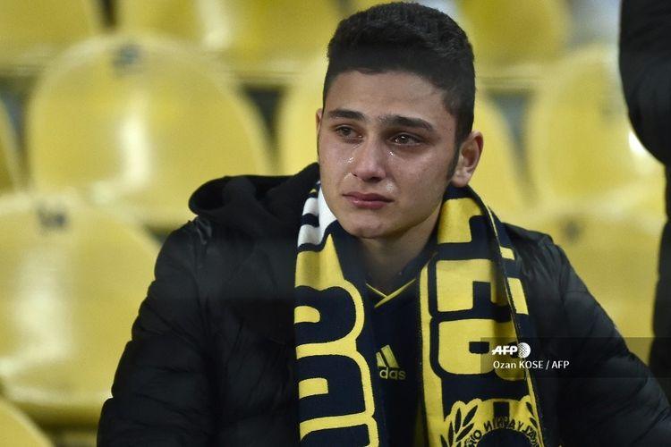 Seorang fans Fenerbahce menangis setelah timnya kalah kontra Galatasaray pada laga Liga Turki di Fenerbahce Stadium, Istanbul, pada 23 Februari 2020.
