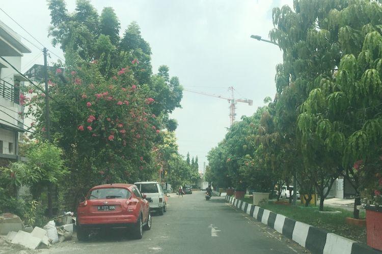 Masih banyak warga yang memarkirkan kendaraannya tidak di dalam garasi atau di badan jalan, di wilayah Kelurahan Pegangsaan Dua, Kecamatan Kelapa Gading, Jakarta Utara, Kamis (12/10/2017).