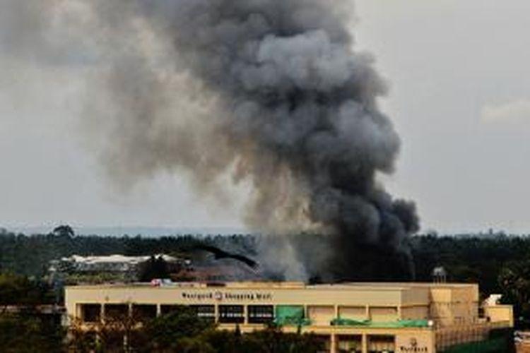 Asap hitam mengepul dari pusat perbelanjaan Westgate, Nairobi, Kenya akibat baku tembak antara pasukan pemerintah Kenya dan para penyerang sepanjang Senin (23/9/2013).