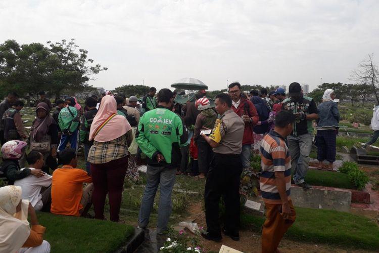 Suasana pemakaman Sarifah, korban pembegalan di Tangerang, di TPU Budi Darma, Cilincing, Jakarta Utara, Kamis (5/7/2018).