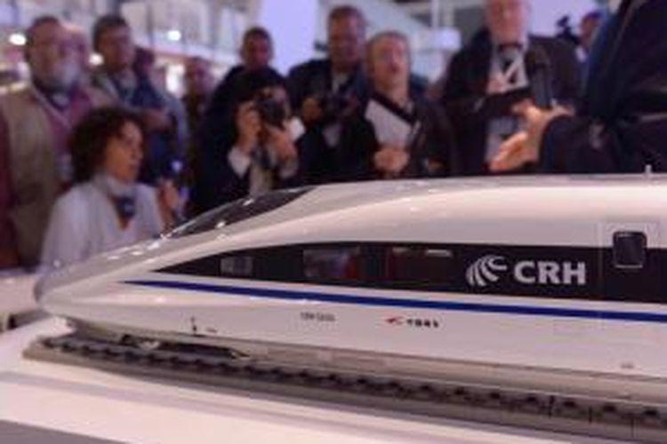 Pengunjung melihat stan kereta peluru CRH dari China dalam pameran teknologi kereta api Innotrans di Berlin, Jerman, 23 September 2014. Lebih dari 2.700 peserta pameran dari 55 negara menampilkan produk kereta mereka dalam pameran yang berlangsung hingga 26 September ini.