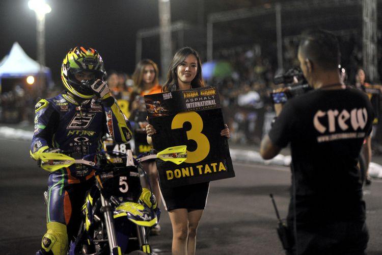 Doni Tata dalam seri terakhir Kejuaraan balap supermoto Trial Game Asphalt 2018 di sirkuit Stadion Kanjuruhan, Kabupaten Malang, Sabtu (15/12/2018).