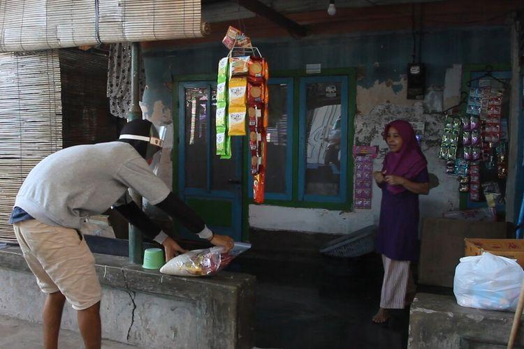 Warga yang berstatus Orang Dalam Pantauan (ODP) di Lingkungan Getap Barat, Kecamatan Cakra Negara, Kota Mataram menjalani isolasi mandiri dan mendapat bantuan warga setempat, Kamis (23/4/2020) selama menjalani isolasi.