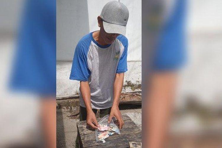 Yadi tengah melihat uang tabungannya yang rusak dimakan rayap. Ia pun gagal berkurban.