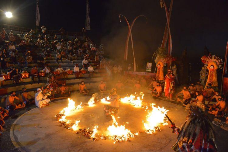 Pertunjukan Tari Kecak di Uluwatu, Bali.