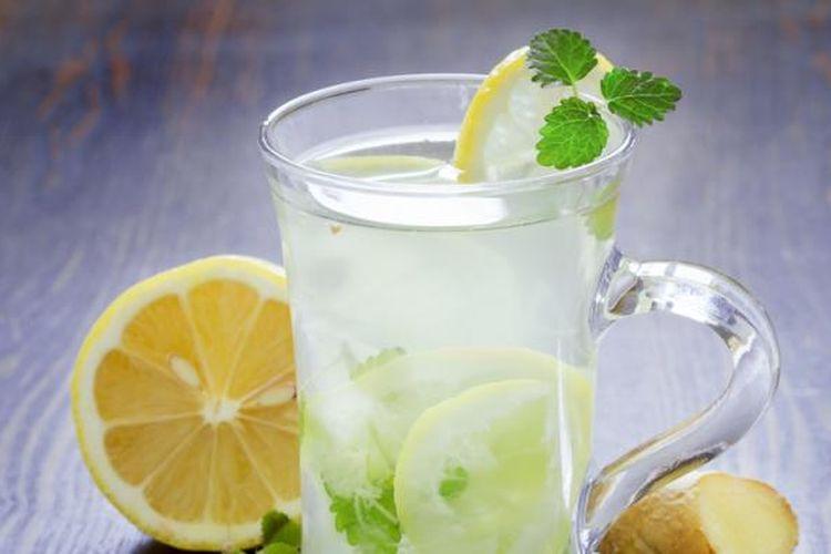 Air dengan perasan lemon.