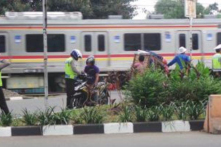 Pengendara sepeda motor diperiksa petugas polisi dalam Operasi Zebra di depan pintu perlintasan kereta IISIP, arah Depok, diJalan Raya Lenteng Agung, Jakarta Selatan, Kamis (4/12/2014).