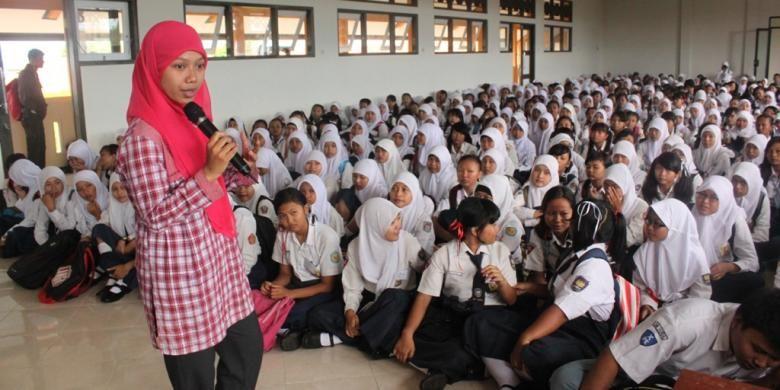 Wisudawati Universitas Negeri Semarang, Raeni, saat memberi motivasi di depan adik kelasnya di SMAN 1 Kendal.