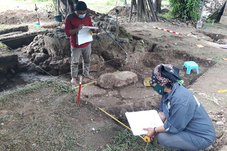 Irna Saptaningtum Ketua Peneliti Balai Arkeologi Sulawesi Utara bersama salah seorang anggota mengukur di kotak gali Benteng Kota Mas, Kwandang, Gorontalo Utara.