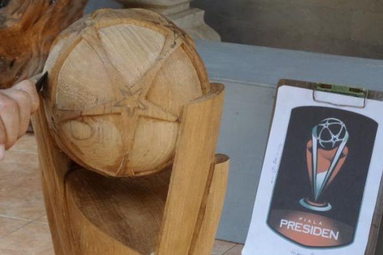 Trofi Piala Presiden 2015 terbuat dari kayu jati Bojonegoro.