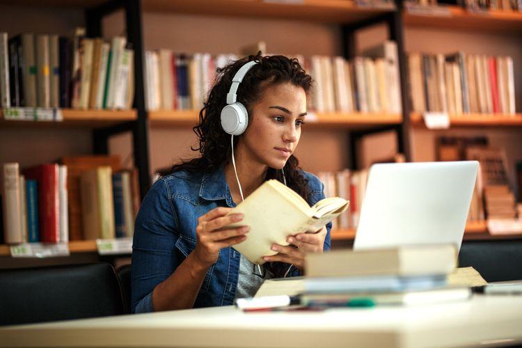 Ilustrasi belajar. Mempelajari hal baru setiap harinya dapat membantu mencegah pikun.