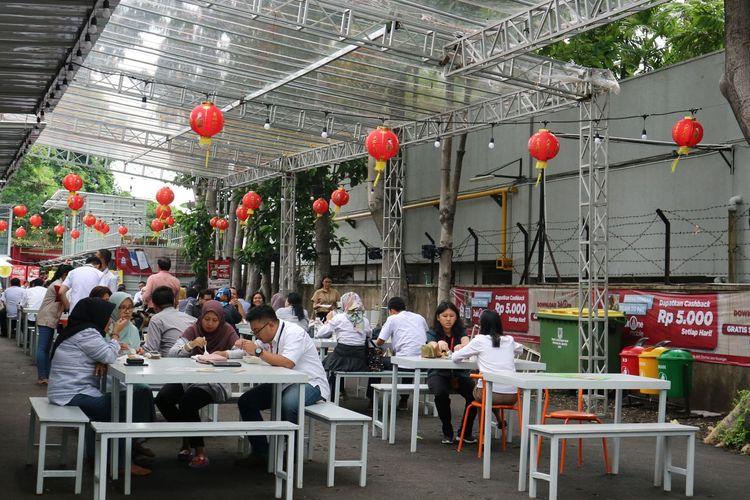 Pengunjung sedang menikmati makan siang di MH. Thamrin 10, Jakarta Pusat
