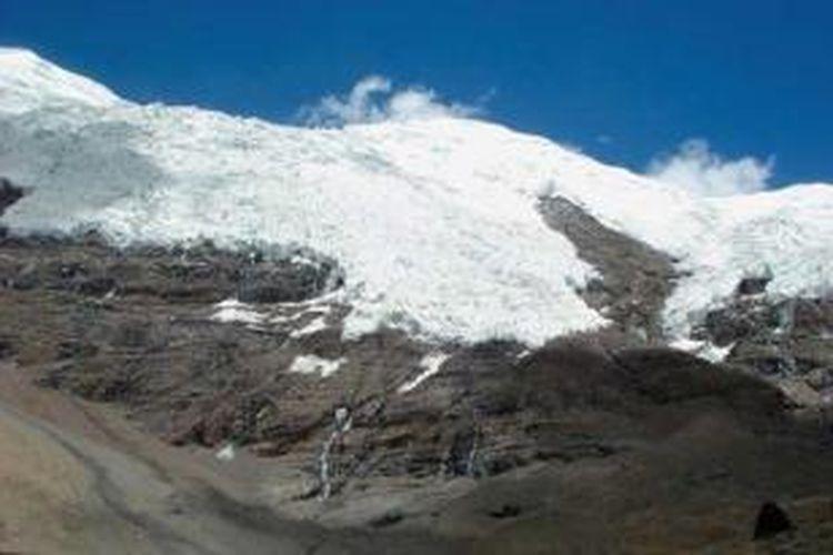 Karena letaknya di dataran tinggi, nyaris hampir semua bukit di Tibet diselimuti salju pada musim dingin.