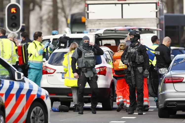 Polisi dan paramedis berjaga di lokasi kejadian penembakan trem di Utrecht, Belanda, Senin (18/3/2019).