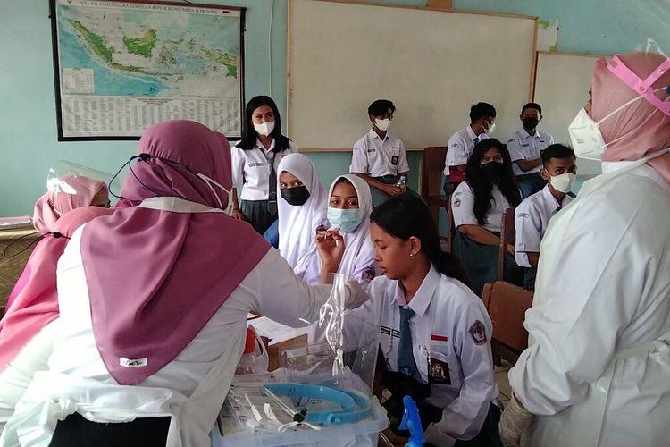 Seribu pelajar SMA di Kota Baubau mengikuti vaksinasi covid 19 tahap pertama di sekolah SMA Negeri 1 Baubau, Rabu (18/8/2021).
