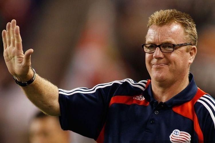 Kepala Pelatih Steve Nicol dari New England Revolution bereaksi selama pertandingan melawan New York Red Bulls