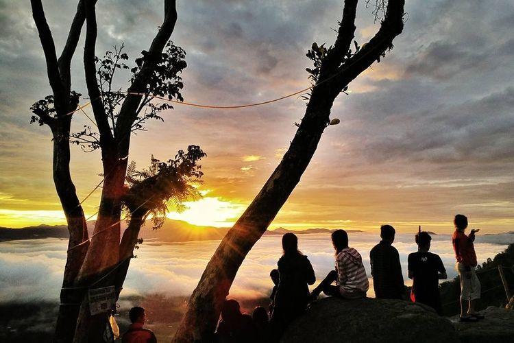 Beberapa pengunjung tampak menikmati pemandangan matahari terbit