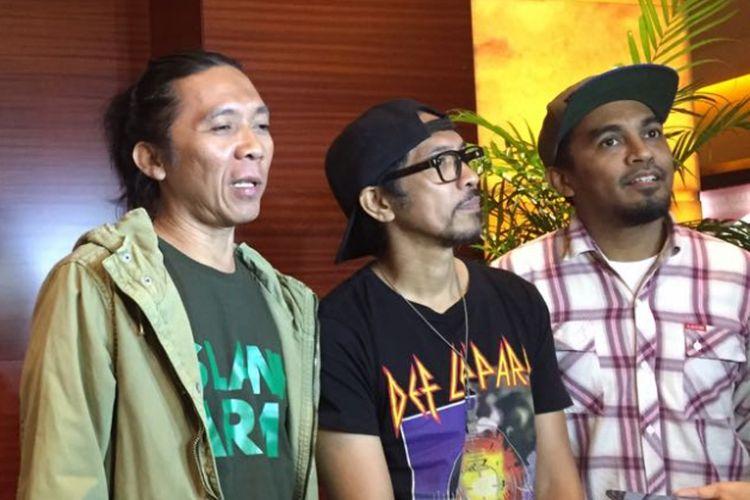 Artis musik Glenn Fredly mengajak band Slank nonton bareng film Filosofi Kopi 2: Ben & Jody di XXI Plaza Senayan, Kamis (20/7/2017).