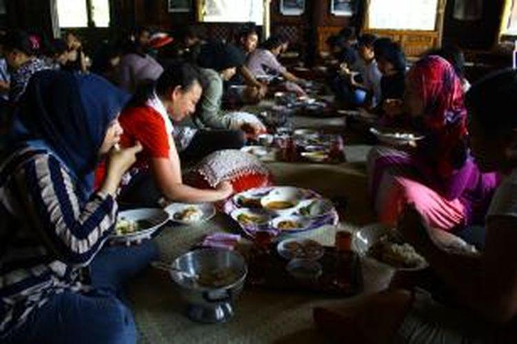 Turis domestik menikmati makanan khas Belitung secara tradisi