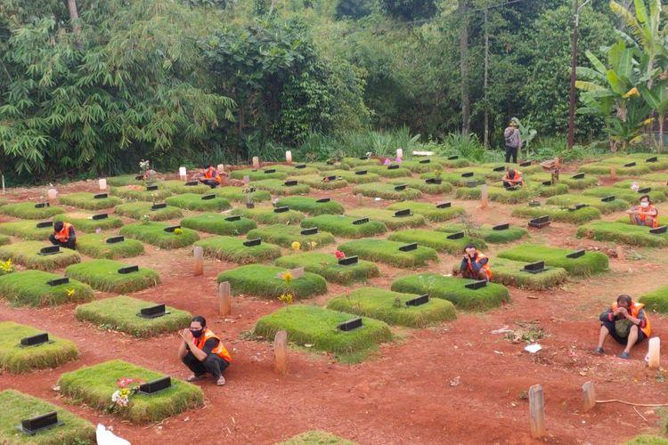 Pelanggar protokol kesehatan di Tangerang Selatan dihukum berdoa di makam jenazah Covid-19 TPU Jombang, Ciputat, Tangerang Selatan, Senin (18/1/2021)