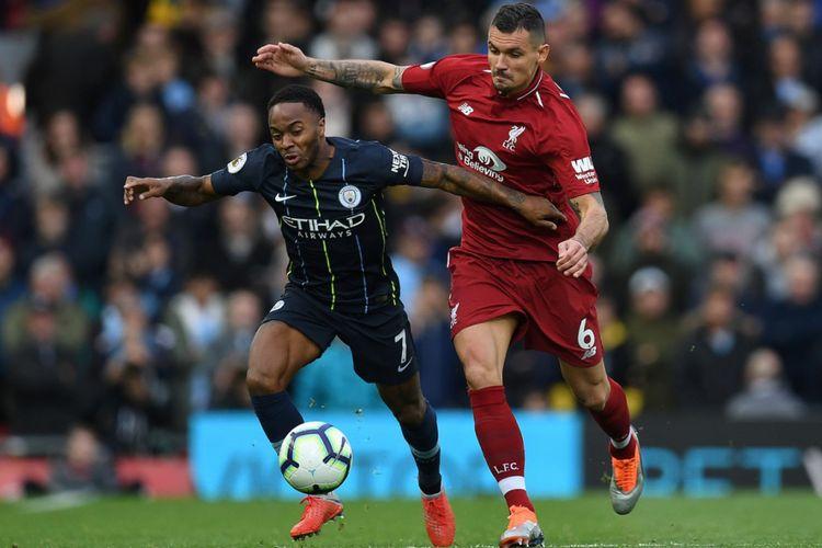 Dejan Lovren mengawal Raheem Sterling pada laga Liverpool vs Manchester City di Stadion Anfield dalam lanjutan Premier League, 7 Oktober 2018.