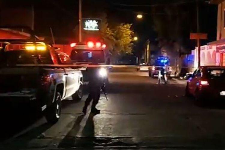 Situasi di sekitar klub malam La Playa di Salamanca, Meksiko, setelah terjadinya penembakan oleh kelompok bersenjata, Sabtu (9/3/2019) dini hari. (ASISUCEDELEON via The Sun)