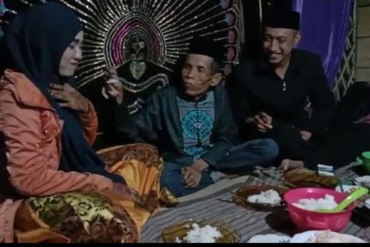 Pasangan suami isteri Bora (58) dan Ira Fazillah (19) tengah menerima tamu usai pernikahannya viral di media sosial. Jumat, (9/4/2021).